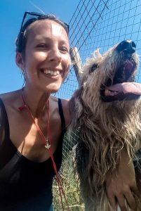 Jessica Krämer mit einem Hund aus dem Tierheim